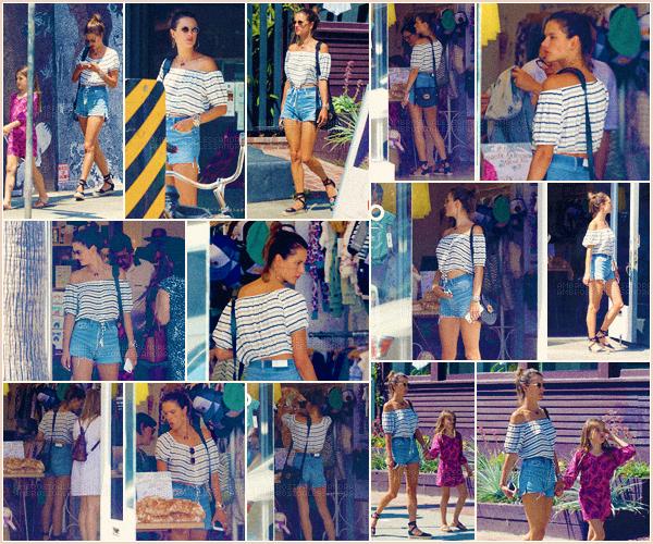 -─ 10/08/17-' : Alessandra Ambrosio à été vue accompagnée de sa fille Anja dans ▬ « Venice Beach » pour du shopping.  Notre mannequin passe une après midi tranquille avec sa fille pour profiter d'un moment entre mère et fille. Niveau tenue c'est très simple et été, - TOP.