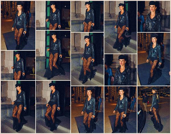 -─ 19/09/17-' : Alessandra Ambrosio à été photographiée arrivant et quittant le défilé de « Milan » pendant la - F-Week.  Alessandra porte pour cette sortie une tenue que je trouve vraiment magnifique c'est pour ma part un énorme ▬ TOP de la part de notre mannequin !