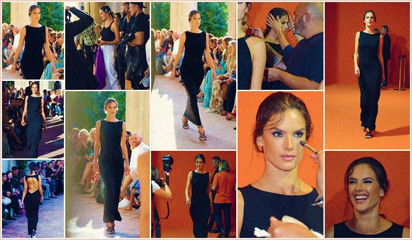 -─ 20/09/17-' : Alessandra Ambrosio à été photographiée défilant pour « Alberta Ferretti » pendant la ▬ Fashion Week !  Tenue très simple pour notre jolie mannequin, lors de ce défilé. Cela reste tout de même une jolie tenue à mes yeux c'est donc un TOP pour Alessandra.