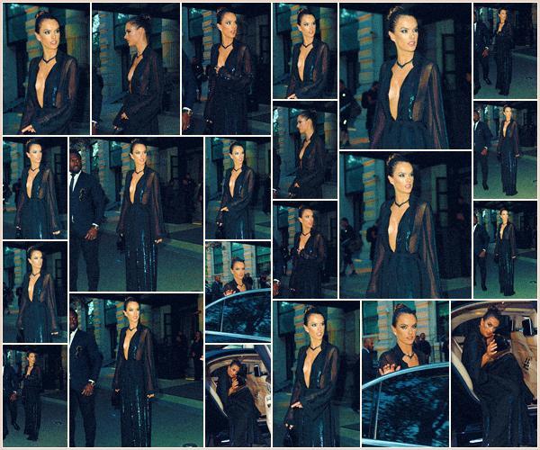 -─ 20/09/17-' : Notre magnifique Alessandra à été photographiée quittant son hotel dans les rues de « Milan » en Italie !  La mannequin porte pour cette sortie une tenue assez sombre, une nouvelle fois mais je trouve celle ci tout de même jolie ! C'est un TOP bien ▬ mérité.