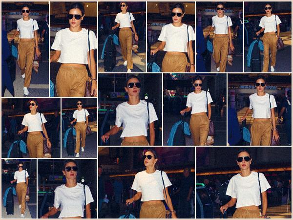 -─ 26/09/17-' : Alessandra Ambrosio à été photographiée dans l'aéroport de « LAX » à Los Angeles pour prendre l'avion.  Tenue assez simple pour prendre l'avion, Alessandra porte un pantalon de élastique qui est vraiment très jolie. C'est donc pour ma part un très beau TOP
