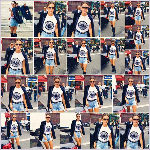 -─ 28/09/17-' : Alessandra Ambrosio à été photographiée arrivant au défilé Balmain dans « Paris » pour la fashion week.  Alessandra est donc actuellement dans notre capital française pour défilé ! Niveau tenue c'est pour moi un magnifique TOP bien mérité pour Alessandra