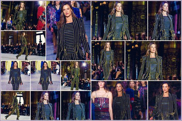 -─ 28/09/17-' : Alessandra Ambrosio à été photographiée en défilant pour Balmain dans - « Paris » pour la fashion week.  Enfin un petit défiler pour notre sublime mannequin, je ne suis pas très fan de la tenue d'Alessandra .. Mais elle reste tout de même jolie à ▬ mes yeux.