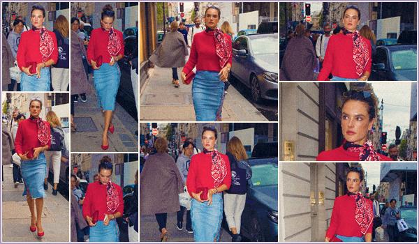 -─ 02/10/17-' : Alessandra Ambrosio à été photographiée dans les rues de ▬ « Paris » dans notre belle capital française.  Alessandra est encore en France, et niveau tenue c'est pour moi un magnifique TOP pour notre mannequin. Donne toi aussi ton avis sur la tenue - d'Ale.