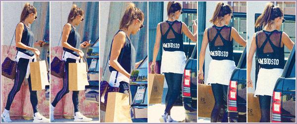 -─ 04/10/17-' : Alessandra Ambrosio à été photographiée dans les rues de « Malibu » en train de faire du shopping solo.  Alessandra est enfin de retour chez elle après la fin de la Fashion Week dans notre capital française. Niveau tenue c'est assez simple mais c'est un - TOP.