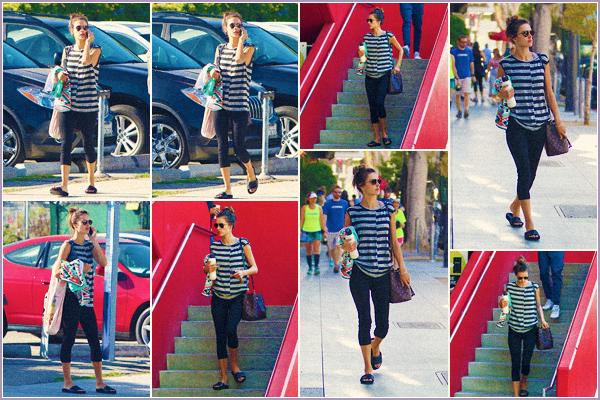 -─ 07/10/17-' : Alessandra Ambrosio à été photographiée dans les rues de ▬ « Los Angeles » son téléphone dans la main.  Malheureusement pas beaucoup de photo pour cette sortie, niveau tenue Alessandra porte une tenue de sport très simple un tout petit ▬ TOP pour moi.