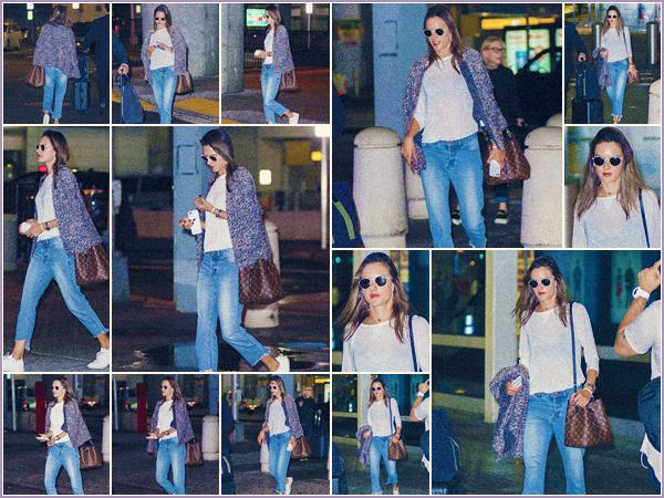 -─ 10/10/17-' : Alessandra Ambrosio à été photographiée seule en train d'arriver à l'aéroport JFK dans « New York City »  Notre mannequin porte une tenue très simple pour prendre l'avion - simple et efficace, c'est donc pour ma part un beau TOP pour notre belle Alessandra.