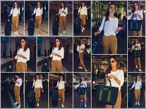 -─ 11/10/17-' : Alessandra Ambrosio à été photographiée en arrivant dans l'aéroport LAX de « Los Angeles » toute seule !  Nous ne savons pas si Alessandra est à l'aéroport pour repartir ou si elle arrive seulement à Los Angeles. Niveau tenue c'est simple pour un vol - un TOP.