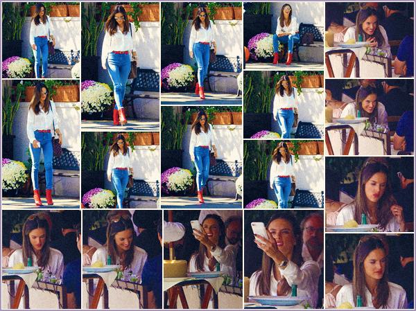 -─ 12/10/17-' : Alessandra Ambrosio à été photographiée mangeant / quittant le restaurant « Il Pastaio » à Beverly Hills.  Une petite sortie pour notre mannequin qui fait plaisir et je dois dire que je suis fan de sa tenue même si celle-ci est très simple. C'est pour moi un TOP !