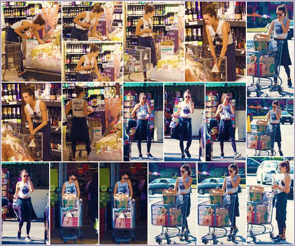 -─ 20/10/17-' : Alessandra Ambrosio aperçue seule en train de faire les courses dans le magasin « Whole Foods » à - LA.  Pendant cette sortie Alessandra porte une tenue de sport pour faire ses courses. J'aime tout de même la tenue qui est assez simple, c'est donc un TOP !