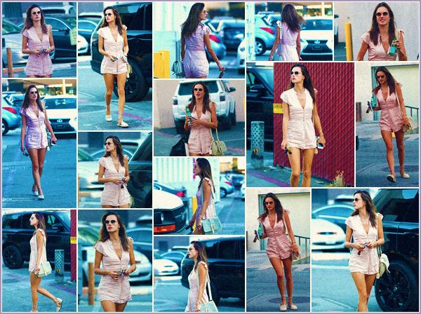 -─ 23/10/17-' : Alessandra Ambrosio à été photographiée allant faire du shopping dans - « Rodeo Drive » à Beverly Hills !  Notre jolie mannequin porte toujours la même combinaison pour cette sortie mon avis ne change pas sur la tenue c'est donc toujours un - TOP pour moi.