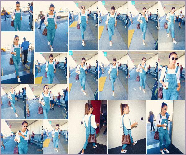 -─ 24/10/17-' : Alessandra Ambrosio à été photographiée en arrivant au fameux aéroport « LAX » de Los Angeles seule !  Alessandra part pour une destination encore inconnu de tous et nous ne savons pas la raison de son déplacement. Au niveau de la tenue c'est un - TOP.