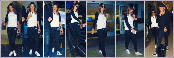 -─ 24/10/17-' : Alessandra Ambrosio à été photographiée en venant d'atterrir dans l'aéroport ▬ « LAX » de Los Angeles !  Alessandra à été plus vite que l'éclair pour son voyage en avion changement de tenue et la voici déjà de retour sur le sol américain, c'est un petit - TOP.