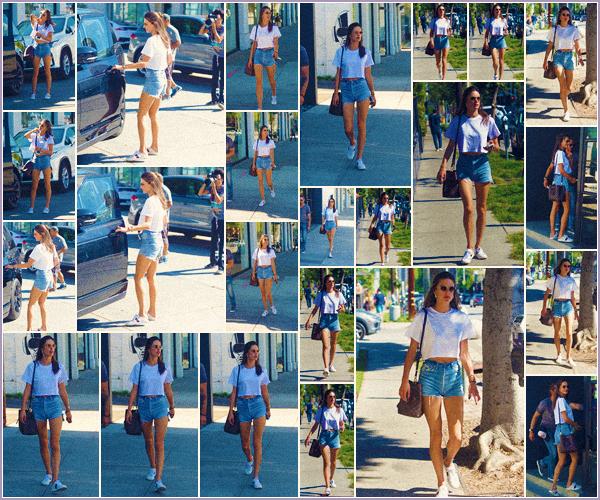 -─ 26/10/17-' : Alessandra Ambrosio à été aperçue en pleine balade dans les rues de ▬ « West Hollywood » toute seule !  Encore une fois Alessandra porte une tenue d'été pendant que nous sortons les doudounes ! Niveau de la tenue c'est pour moi encore une fois un - TOP.