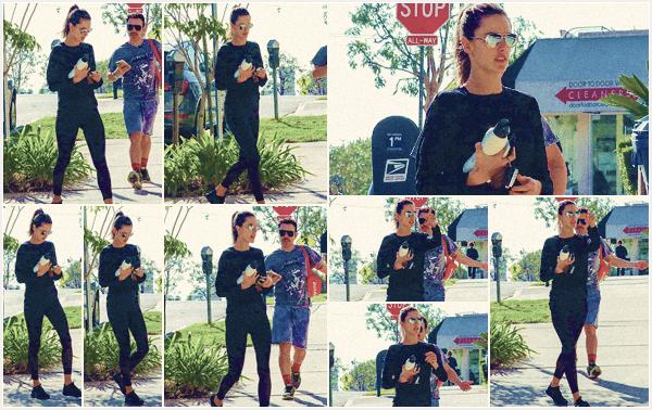 -─ 06/11/17-' : Alessandra Ambrosio à été photographiée en allant à son cours de gym quotidien dans - « Los Angeles » !  Petite séance de sport après un petit tapis rouge pour notre mannequin, celle ci porte une tenue assez sombre mais c'est quand même un TOP pour moi.