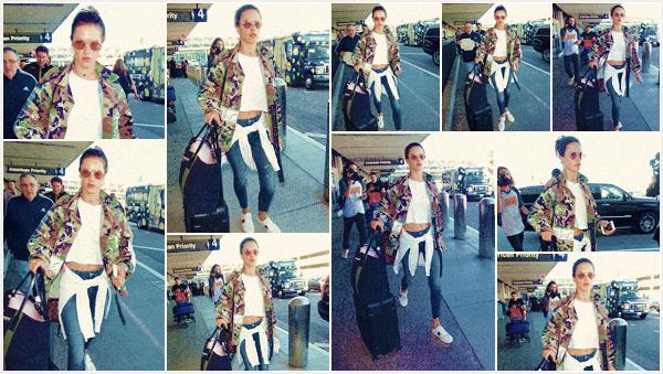 -─ 06/11/17-' : Alessandra Ambrosio à été photographiée en arrivant dans le célèbre aéroport ▬ « LAX » de Los Angeles !  Nouvelle destination pour notre mannequin, je suis totalement fan de sa tenue et gros coup de coeur pour sa veste style militaire. C'est un TOP pour moi.