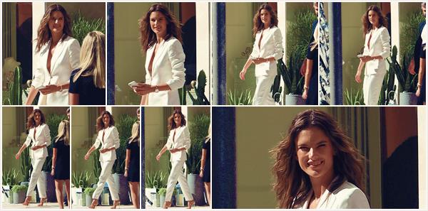 -─ 07/11/17-' : Alessandra Ambrosio à été photographiée assistant à un événement à la boutique de montres « Omega » !  Notre mannequin est à Miami pour un événement (vidéo pub) avec la marque Omega, niveau tenue c'est simple mais très classe c'est un - TOP mérité.