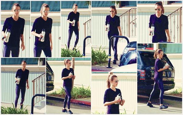 -─ 09/11/17-' : Alessandra Ambrosio à été photographiée en allant à son cours de gym quotidien dans - « Los Angeles » !  Encore une fois notre mannequin porte une tenue sombre pour son cours de sport, plus le défilé approche et plus Alessandra enchaîne les entraînements.