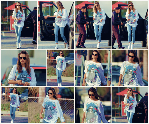 -─ 10/11/17-' : Notre Alessandra Ambrosio à été photographiée en balade dans les rues de « Los Angeles » toute seule !  Nouvelle sortie pour notre mannequin qui porte la même tenue ou elle sortait de l'avion, c'est donc pour moi toujours un TOP. Donne toi aussi ton avis.