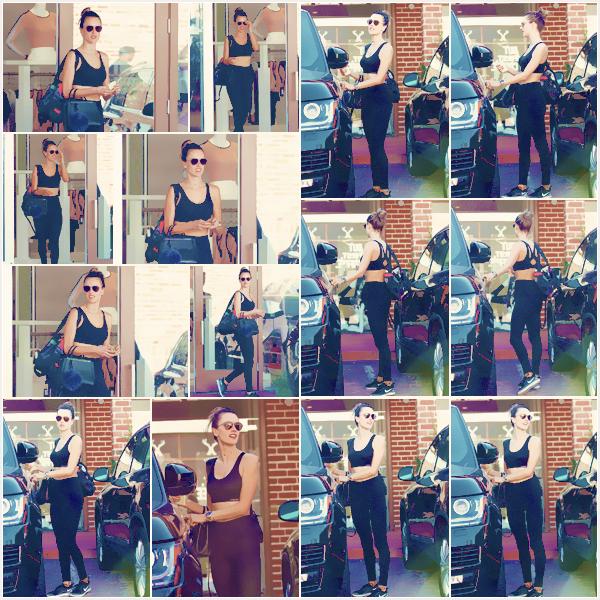 -─ 14/11/17-' : Alessandra Ambrosio à été aperçue une nouvelle fois quittant son cours de sport dans ▬ « Brentwood » !  Encore une fois pour cette séance Alessandra porte une tenue très sombre pour ne pas changer ses habitudes. Cela reste tout de même un petit - TOP.