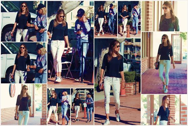 -─ 14/11/17-' : Alessandra Ambrosio à été aperçue en train de faire une balade dans les rues de la ville - « Los Angeles » !  Nous n'avons pas beaucoup de photos lors de cette sortie, Alessandra été accompagnée pour cette sortie, niveau tenue c'est un beau' TOP pour ma part.