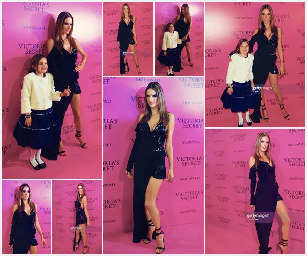 -─ 20/11/17-' : Alessandra Ambrosio à été aperçue sur le tapis rose de l'after party de « Victoria Secret Fashion Show » !  Notre belle à été photographiée en compagnie de sa fille Anja sur le tapis rose. Alessandra est vraiment magnifique c'est donc un beau TOP bien mérité.