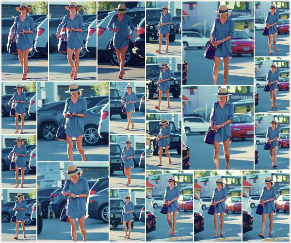 -─ 22/11/17-' : Alessandra Ambrosio à été photographiée en pleine balade dans les rues de - « Brentwood » toute seule !  Alessandra est déjà de retour chez elle après un petit voyage à Shanghai pour Victoria Secret, au niveau de le tenue c'est pour ma part un beau ▬ TOP.