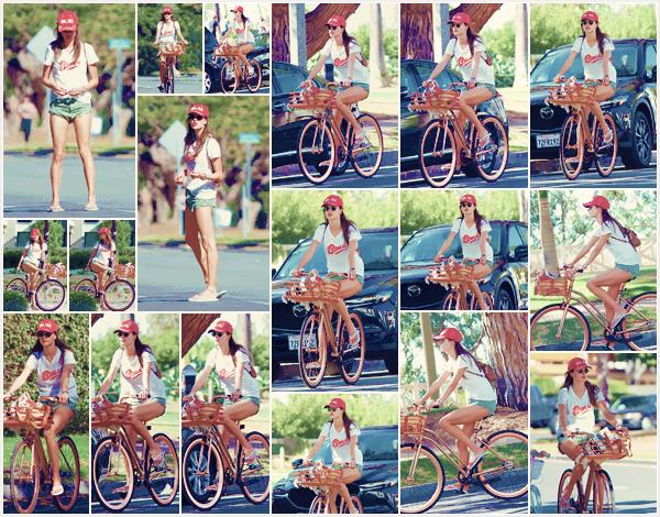 -─ 23/11/17-' : Alessandra Ambrosio à été photographiée faisant du vélo dans les rues de « Santa Monica » toute seule !  Petite sortie assez simple pour notre mannequin, qui profite du soleil. Au niveau de la tenue c'est pour ma part un petit TOP pour notre belle Alessandra.