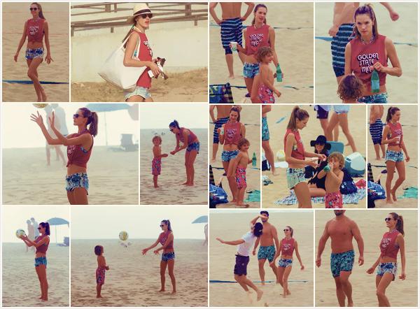 -─ 25/11/17-' : Alessandra Ambrosio à été aperçue sur la plage de - « Santa Monica » en jouant au volley-ball en famille !  Alessandra retrouve son fils Noah après quelques jours loin de lui et profite pour jouer avec lui sur la plage. Au niveau de la tenue c'est un petit ▬ TOP.