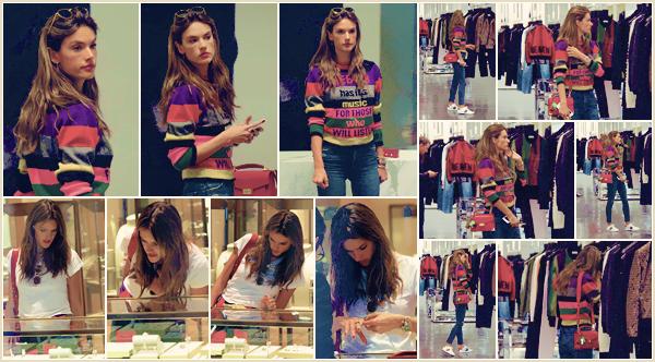 -─ 02/12/17-' : Alessandra Ambrosio à été photographiée en train de faire du shopping dans les rues de « Beverly Hills »  Alessandra porte pour cette sortie une tenue assez simple mais que j'aime beaucoup tout de même, c'est donc une nouvelle fois un beau - TOP pour Ale.