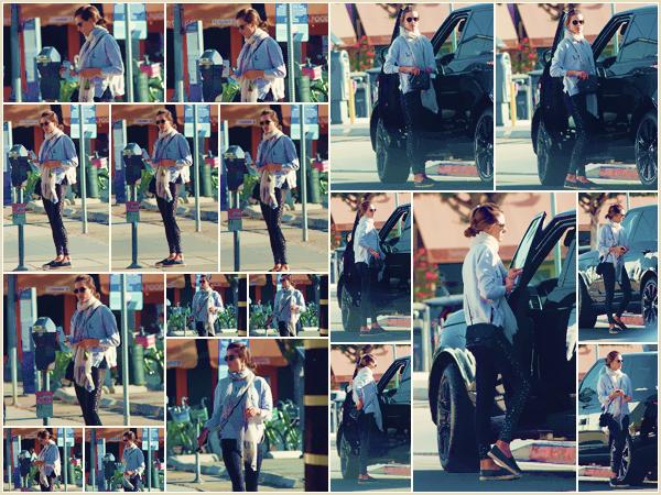 -─ 04/12/17-' : Alessandra Ambrosio à été photographiée allant à son cours de gym dans les rues de ▬ « Los Angeles » !  Nouvelle sortie pour Alessandra qui après le défilé Victoria Secret reprend le sport. Au niveau de la tenue c'est une tenue assez simple mais c'est un TOP.