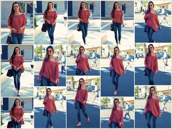 -─ 05/12/17-' : Alessandra Ambrosio à été vue en train de se rendre dans un salon pour ongles dans - « Santa Monica » !  Encore une nouvelle sortie pour notre plus grand plaisir. Concernant la tenue c'est pour ma part une nouvelle fois un très beau ▬ TOP pour Alessandra.