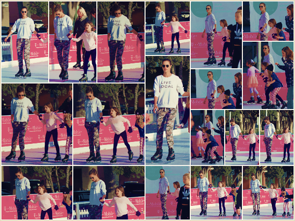 -─ 08/12/17-' : Alessandra Ambrosio à été vue avec sa fille Anja en train de faire du patin à glace dans « Santa Monica »  Petit moment entre mère et fille et ça fait plaisir à voir, Anja été aussi accompagnée d'une amie à elle. Au niveau de la tenue d'Alessandra c'est un TOP.