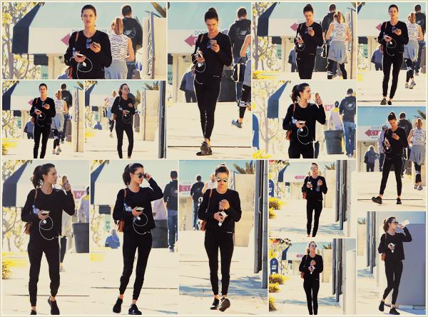 -─ 14/12/17-' : Alessandra Ambrosio à été photographiée arrivant à son cours de gym dans les rues de - « Los Angeles » !  C'est un look totalement black pour notre mannequin, tenue très sombre mais très simple aussi. Cela reste pour ma part un TOP tout de même pour Ale.