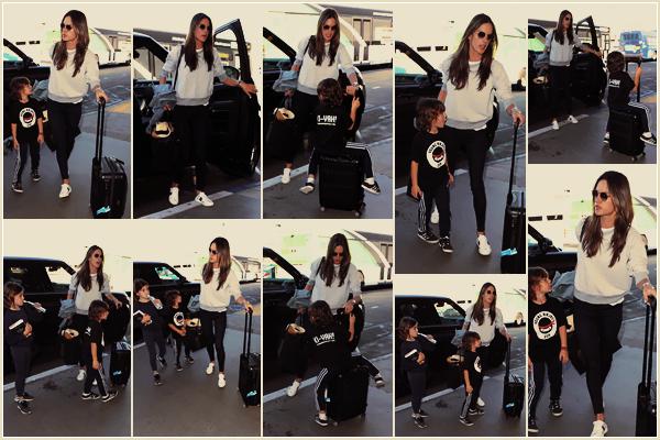 -─ 15/12/17-' : Alessandra Ambrosio à été photographiée arrivant à l'aéroport LAX de - « Los Angeles » avec ses enfants !  Direction le Brésil son pays natale pour notre mannequin. Celle ci prend des vacances avec ses jeunes enfants. Hâte de voir les photos sur la plage, TOP.