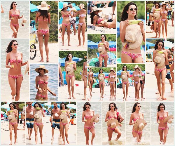 -─ 02/01/18-' : Alessandra Ambrosio à été photographiée profitant du soleil sur la plage de - « Florianopolis » au Brésil !  Première sortie de 2018 et c'est encore une fois une sortie à la plage,au niveau du maillot de bain celui-ci est simple mais il est quand même joli ▬ TOP.