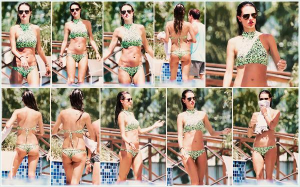 -─ 07/01/18-' : Alessandra Ambrosio à été photographiée dans une piscine dans la ville de ▬ « Florianopolis » au Brésil !  Enfin une nouveauté qui change de la plage mais qui reste tout de même dans de l'eau dommage, je ne suis pas fan de son maillot de bain c'est un BOF.