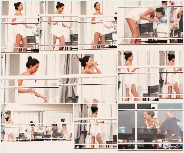 -─ 11/01/18-' : Alessandra Ambrosio à été photographiée sur le balcon de son appartement à « Florianopolis » au Brésil !  Alessandra profite un peu du bon temps avec sa famille et des amis, au niveau de la tenue c'est assez simple et basique mais j'aime beaucoup - un TOP.