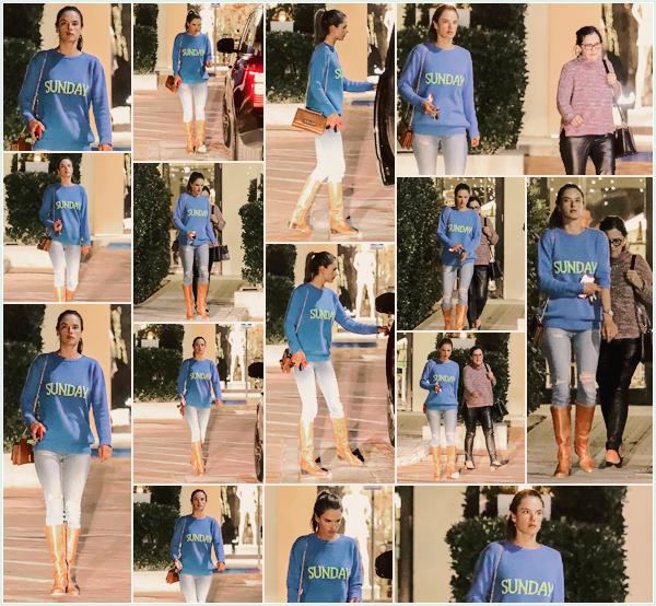 -─ 21/01/18-' : Alessandra Ambrosio à été photographiée en quittant le restaurant « Mr Chow » à Malibu avec sa maman.  Nouvelle sortie pour notre mannequin, qui prend du temps pour passer un moment avec sa mère, niveau tenue je ne suis pas fan de l'assemblage.. BOF.