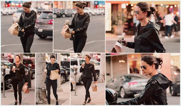 -─ 23/01/18-' : Alessandra Ambrosio à été photographiée en allant prendre une café à « Urth Caffe » dans Beverly Hills !  Nous avons malheureusement pas beaucoup de photos lors de cette sortie, Alessandra porte une belle tenue de sport c'est donc pour moi un TOP mérité.