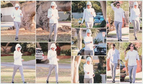 -─ 24/01/18-' : Alessandra Ambrosio à été photographiée pendant un jogging matinal dans les rues de - « Brentwood » !  Après ses vacances au Brésil notre mannequin reprend petit à petit le sport et quoi de mieux que de courir ? Au niveau de la tenue c'est très simple TOP.