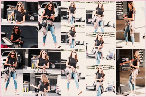-─ 29/01/18-' : Alessandra Ambrosio à été photographiée en train de faire ses courses dans les rues de « Brentwood » !  C'est seule qu'Alessandra à été vue pour faire les courses, au niveau de la tenue c'est pour ma part un petit TOP même si je ne suis pas fan de la veste.