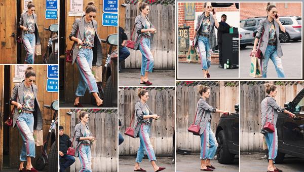 -─ 20/03/18- : Alessandra Ambrosio à été photographiée en pleine balade dans les rues de « Los Angeles » toute seule !  Nouvelle sortie pour Alessandra après 2 jours sans nouvelle, au niveau de la tenue de l'ancienne mannequin c'est pour moi un ▬ TOP j'aime beaucoup !