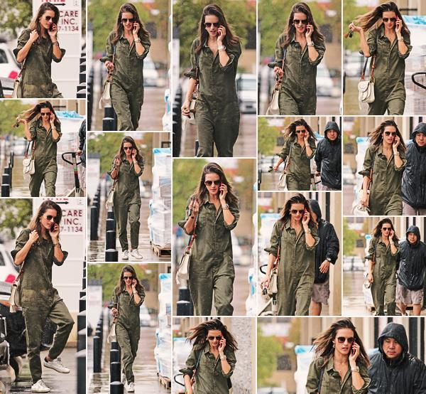 -─ 21/03/18- : Alessandra Ambrosio à été aperçue téléphone à l'oreille dans les rues de - « Los Angeles » encore seule !  Pour cette sortie Alessandra porte des lunettes de soleil et ne laisse pas voir son visage complètement, elle porte une combinaison assez simple un TOP