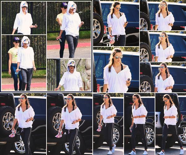 -─ 29/03/18- : Alessandra Ambrosio à été vue avec une amie en train de faire de la marche dans - « Hollywood Hills » !  Pour cette sortie notre ancienne mannequin porte une tenue de sport et je la trouve quand même assez jolie. Je donne un TOP mérité pour Alessandra.