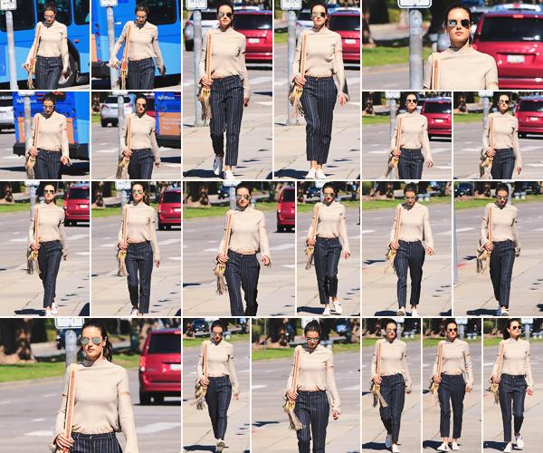 -─ 29/03/18- : Alessandra Ambrosio à été photographiée seule dans les rues de « Brentwood » pour une petite balade !  Et un changement de tenue plus tard pour Alessandra, et j'adore la tenue qu'elle porte. Je lui donne un énorme TOP quelle mérité largement pour moi.