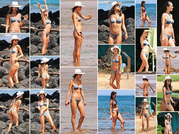 -─ 06/04/18- : Alessandra Ambrosio à été photographiée en train de profiter du soleil sur une plage dans - « Hawaii » !  Après plusieurs jours sans nouveauté Alessandra à été repérée sur une plage en train de passer du bon temps. J'aime bien son maillot de bain un - TOP.