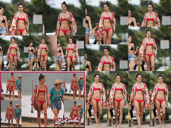 -─ 07/04/18- : Alessandra Ambrosio à été photographiée en train de profiter du soleil sur une plage dans - « Hawaii » !  Nouvelle sortie pour notre ancienne mannequin qui est de retour sur une plage d'Hawaii dans un nouveau maillot de bain, que je trouve assez jolie TOP.