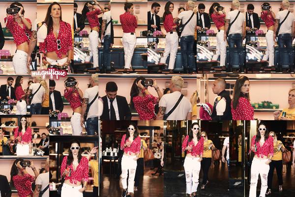 -─ 12/04/18- : Alessandra Ambrosio à été aperçue plus tôt dans la journée dans le magasin « The Gucci » à Rodeo Drive !  C'est en essayant un - casque de réalité virtuelle que notre ancienne mannequin à été vue par les paparazzis, au niveau de la tenue c'est un ▬ gros TOP.