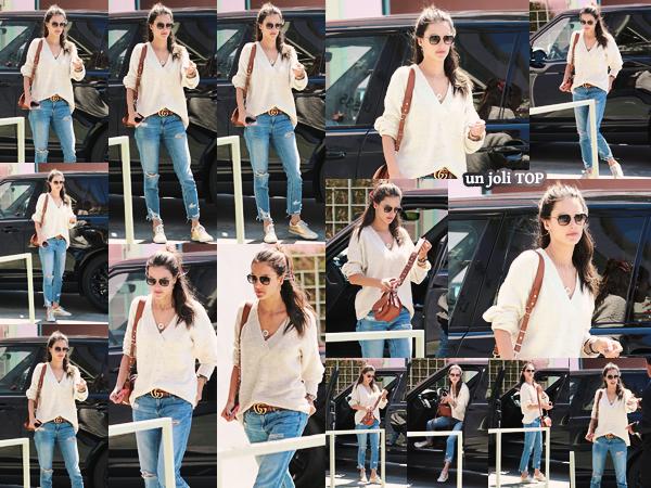-─ 19/04/18- : Alessandra Ambrosio à été photographiée en allant déjeuner au « The Ivy » dans les rues de Santa Monica  Nouvelle sortie pour notre magnifique Alessandra, au niveau de la tenue c'est assez simple et basique mais je lui accorde tout de même ▬ un TOP mérité